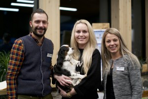 "Lindsey Vonn (Mitte) mit Stephan Gramm und Sara Moser von ""The Panoramic Lodge"" in Reinswald"