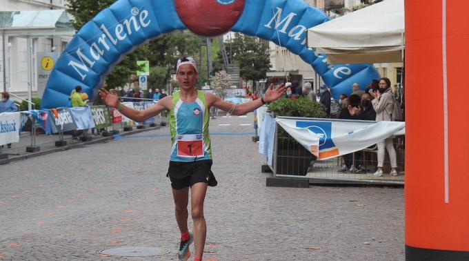 Hofer_Michael_Zieleinlauf_arrivo_Half_Marathon_Meran-Algund_Credits_hkMedia